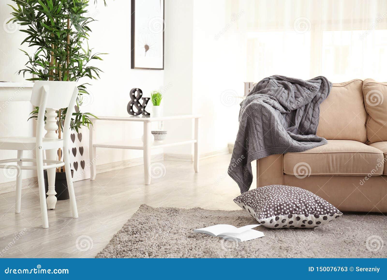 Interno del salone con il sofà e la tavola