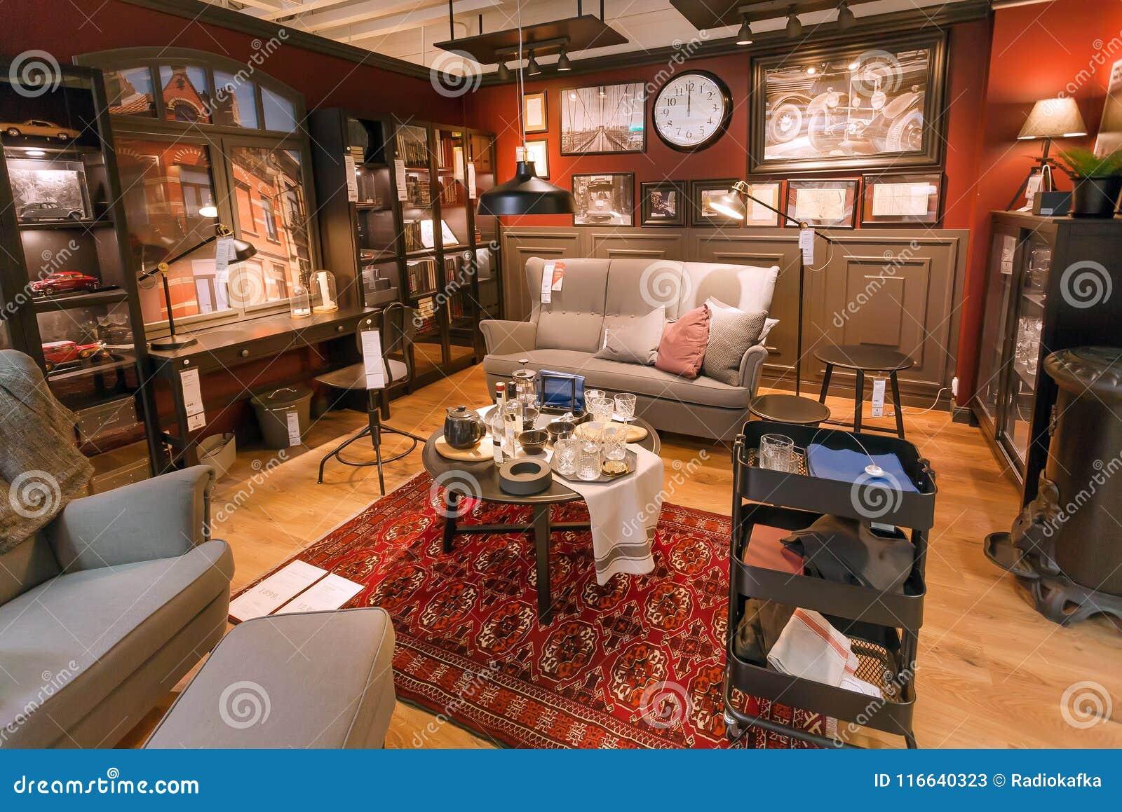 Interno Del Salone Lmodern Nel Grande Deposito Di Ikea Con Mobilia