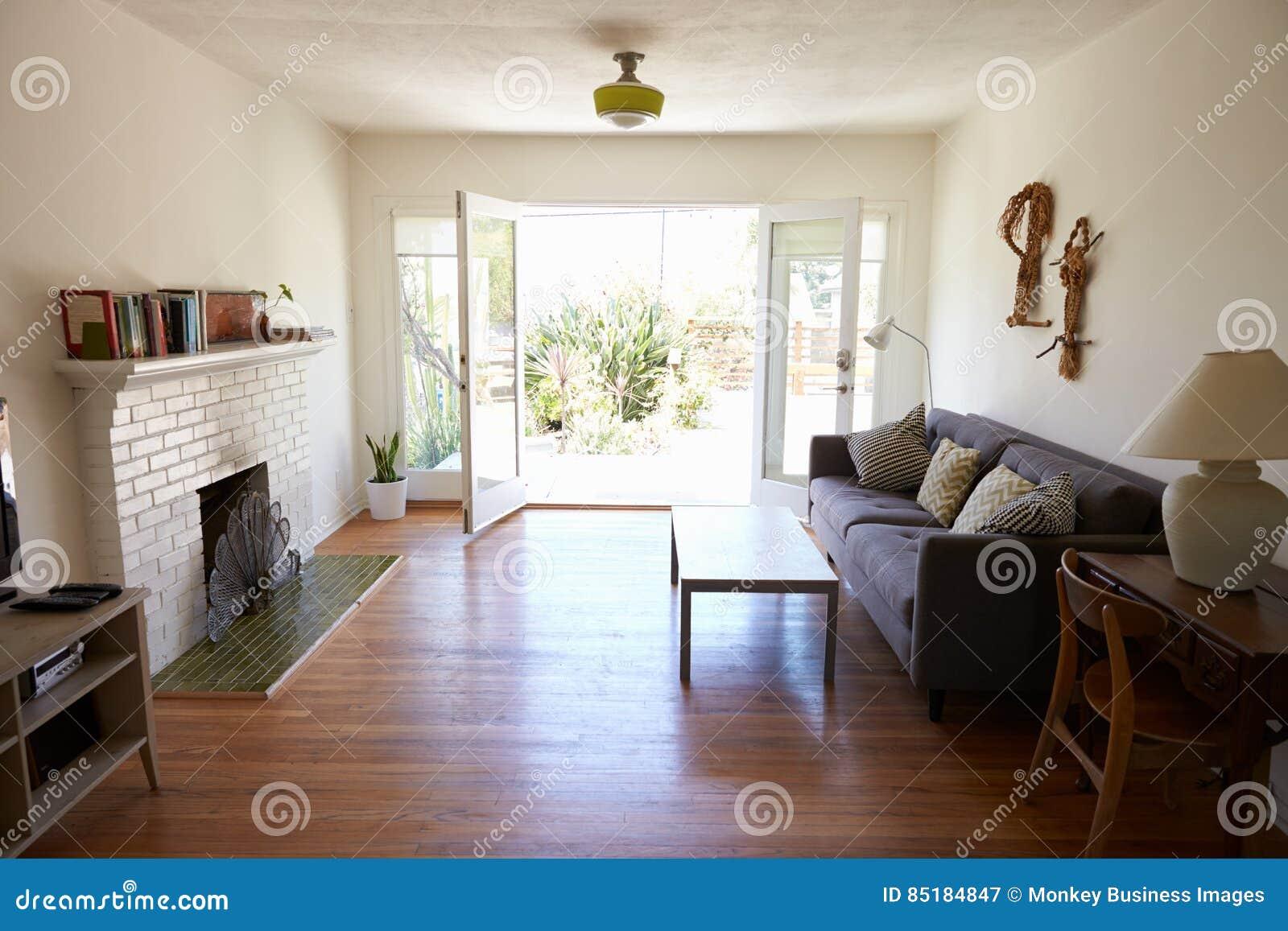 Interno del salotto moderno con il francese aperto windows for Interno moderno