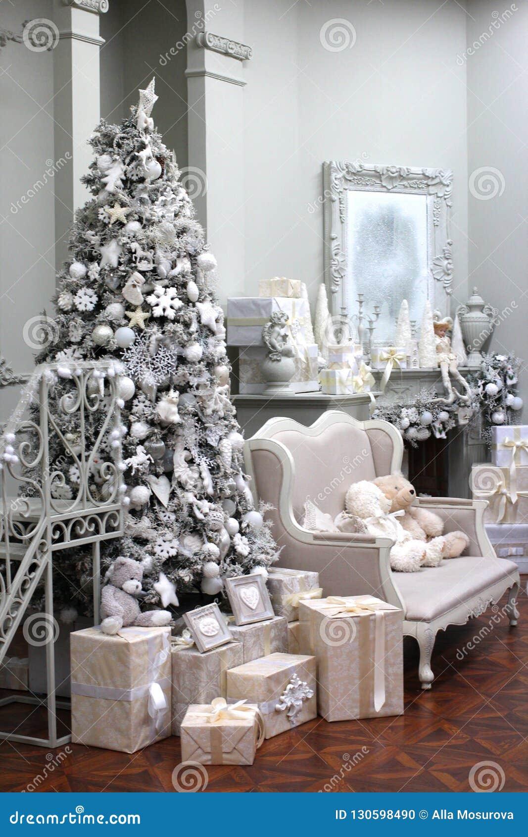 Foto Alberi Di Natale Bianchi interno dell'albero di natale bianco con le decorazioni