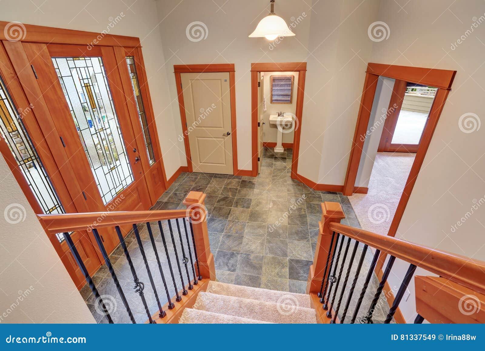 Interno dell 39 ingresso con la porta di lusso del vetro for Ingresso anteriore del mudroom