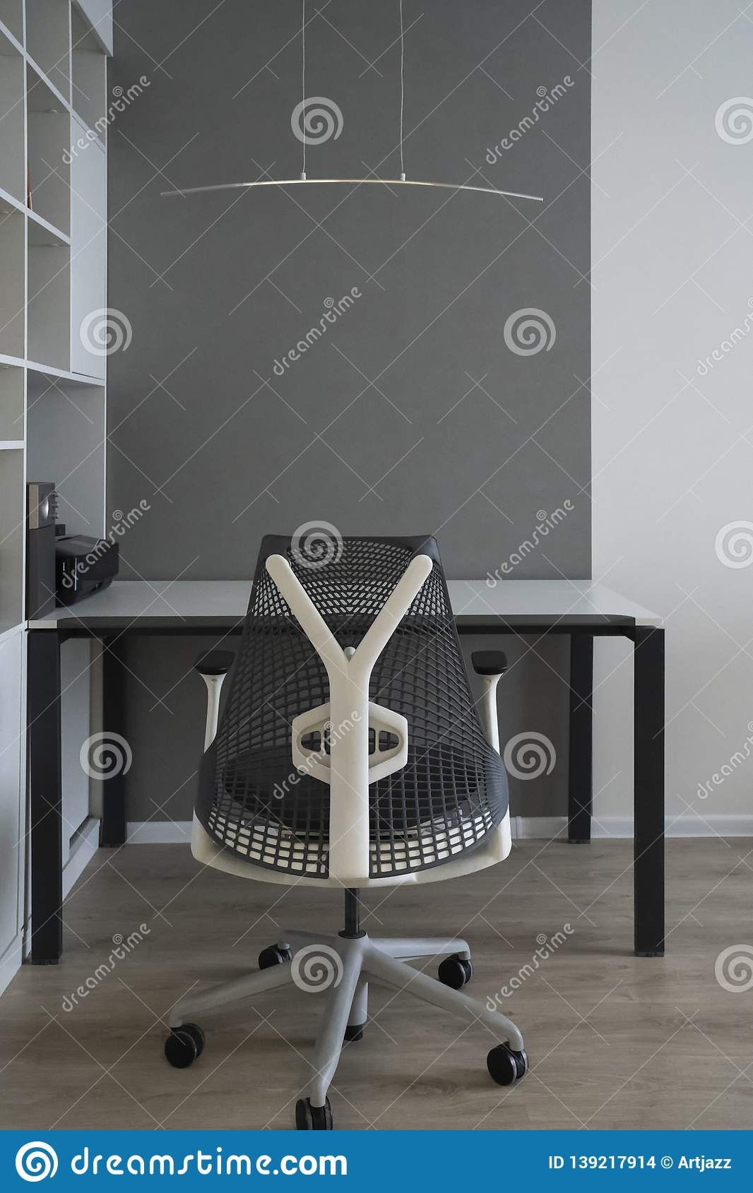 Interno Dell'ufficio Con Area Di Lavoro Comoda Moderna ...
