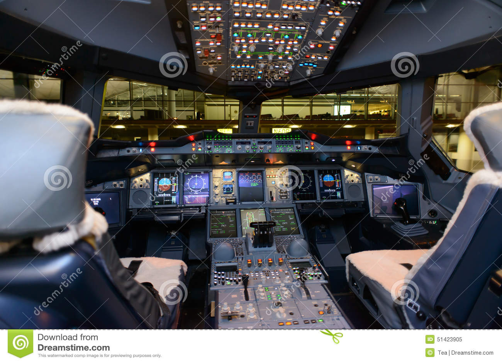 interno della cabina di pilotaggio di aerei di airbus a380