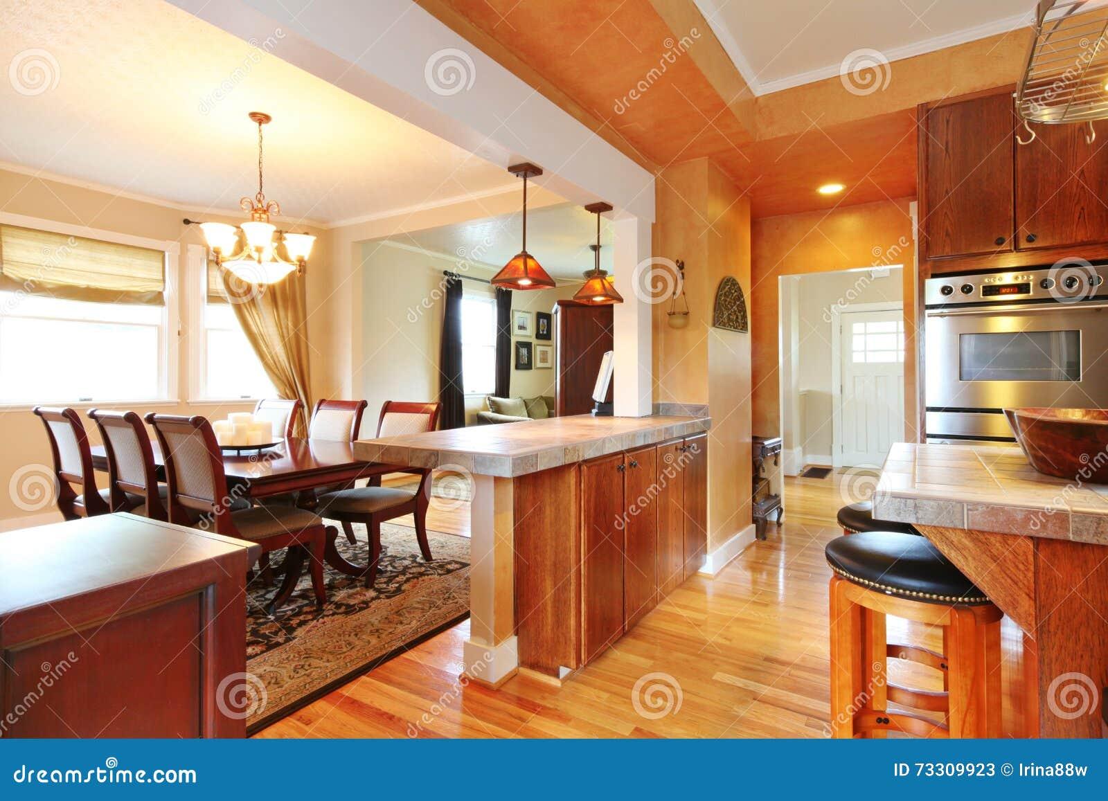 Interno della camera con progettazione aperta della parete for Cucina a pianta aperta e camera familiare