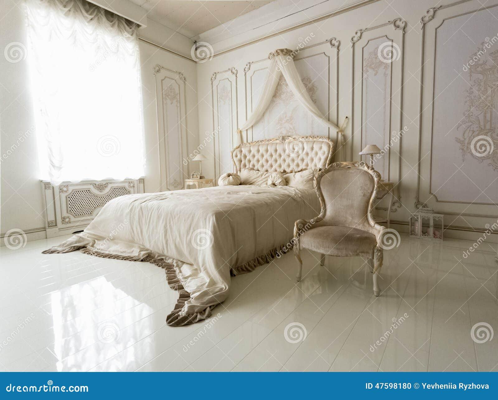 Interno della camera da letto bianca classica con il - Camera da letto contemporanea bianca ...