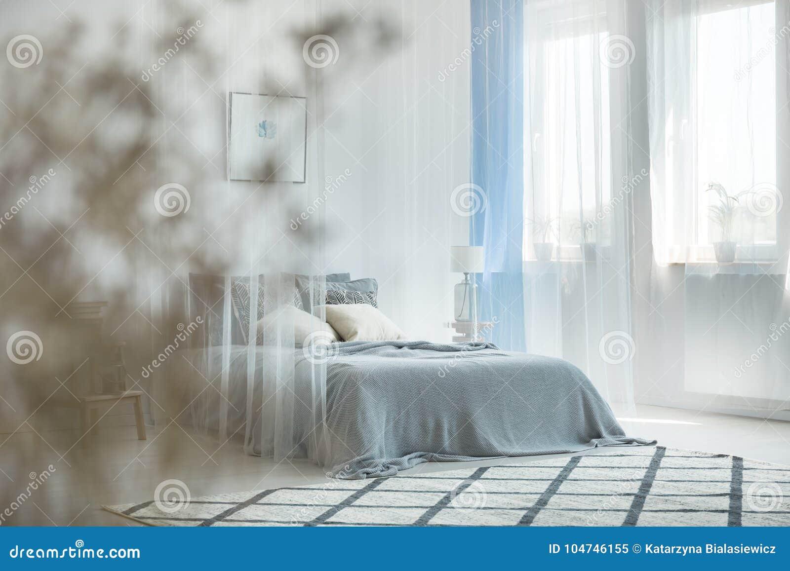 Tende A Fiori Per Camera Da Letto : Interno della camera da letto blu chiaro immagine stock immagine