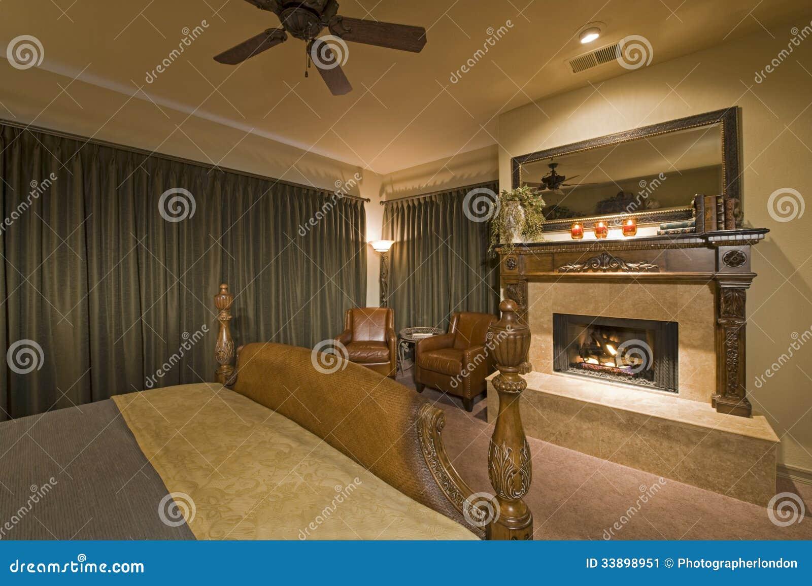 Interno della camera da letto con il camino immagine stock - Camino in camera da letto ...