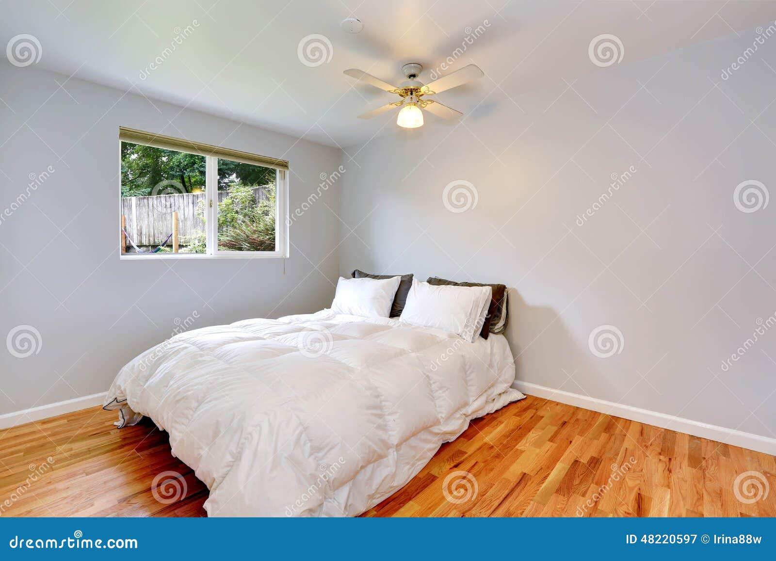 Interno della camera da letto con il letto bianco comodo