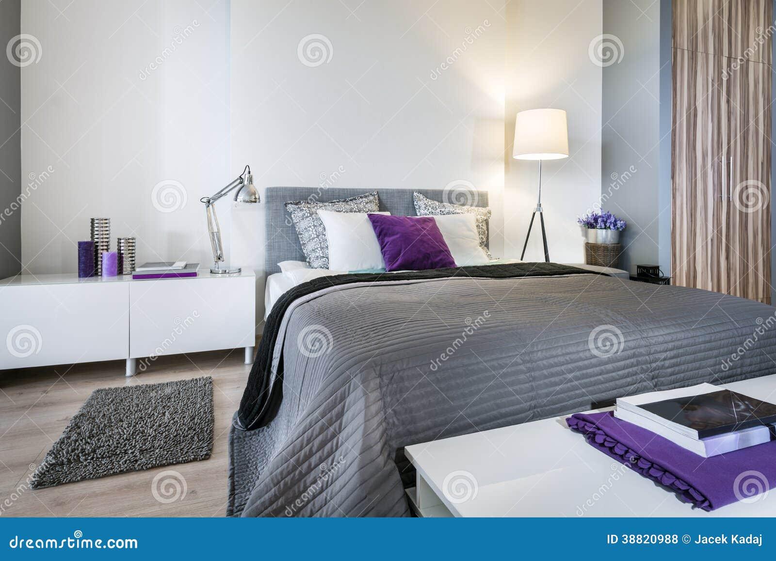 Interno della camera da letto con il letto grigio - Camera da letto grigio ...