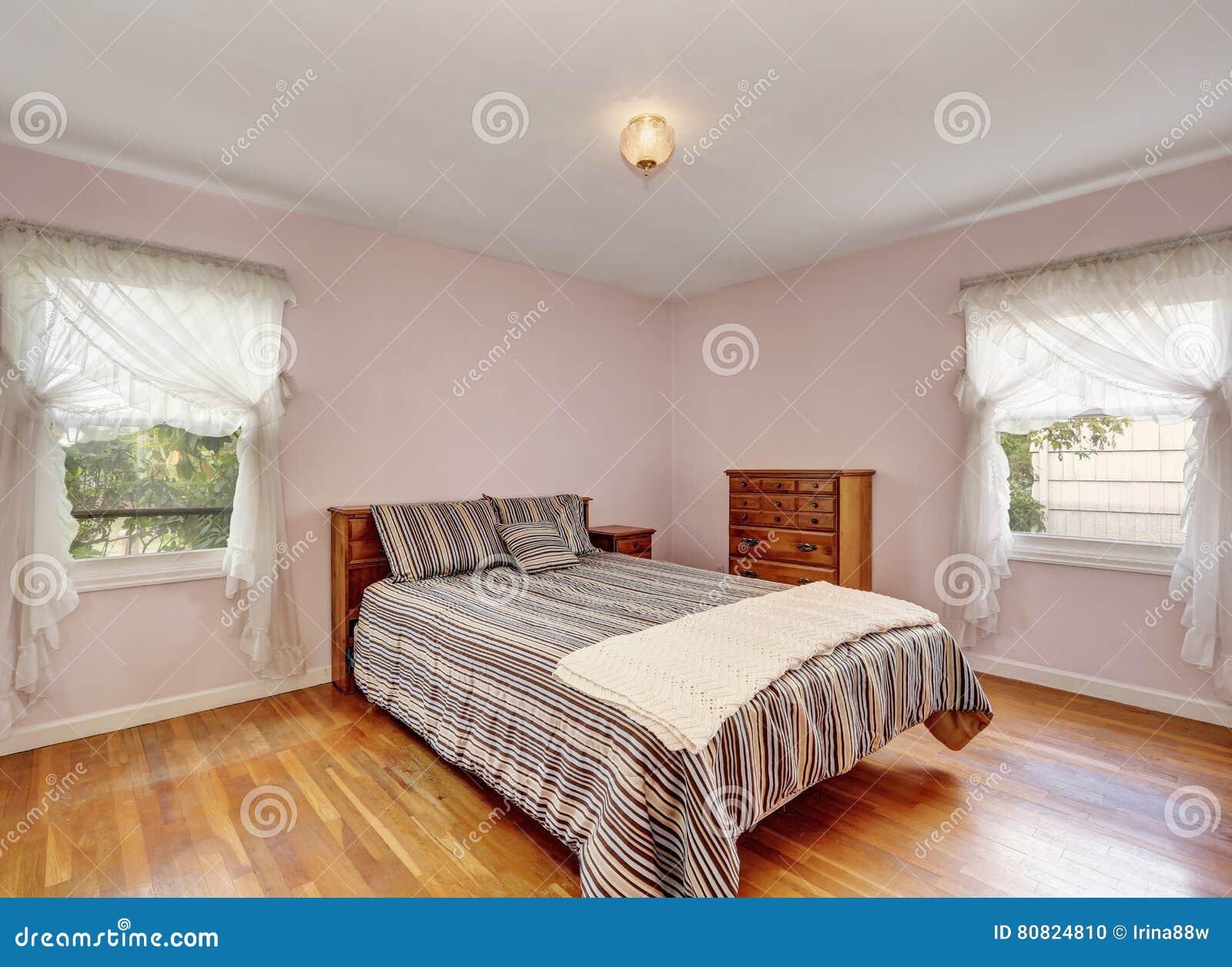 Pareti Rosa Camera Da Letto : Interno della camera da letto con il pavimento di legno duro e le