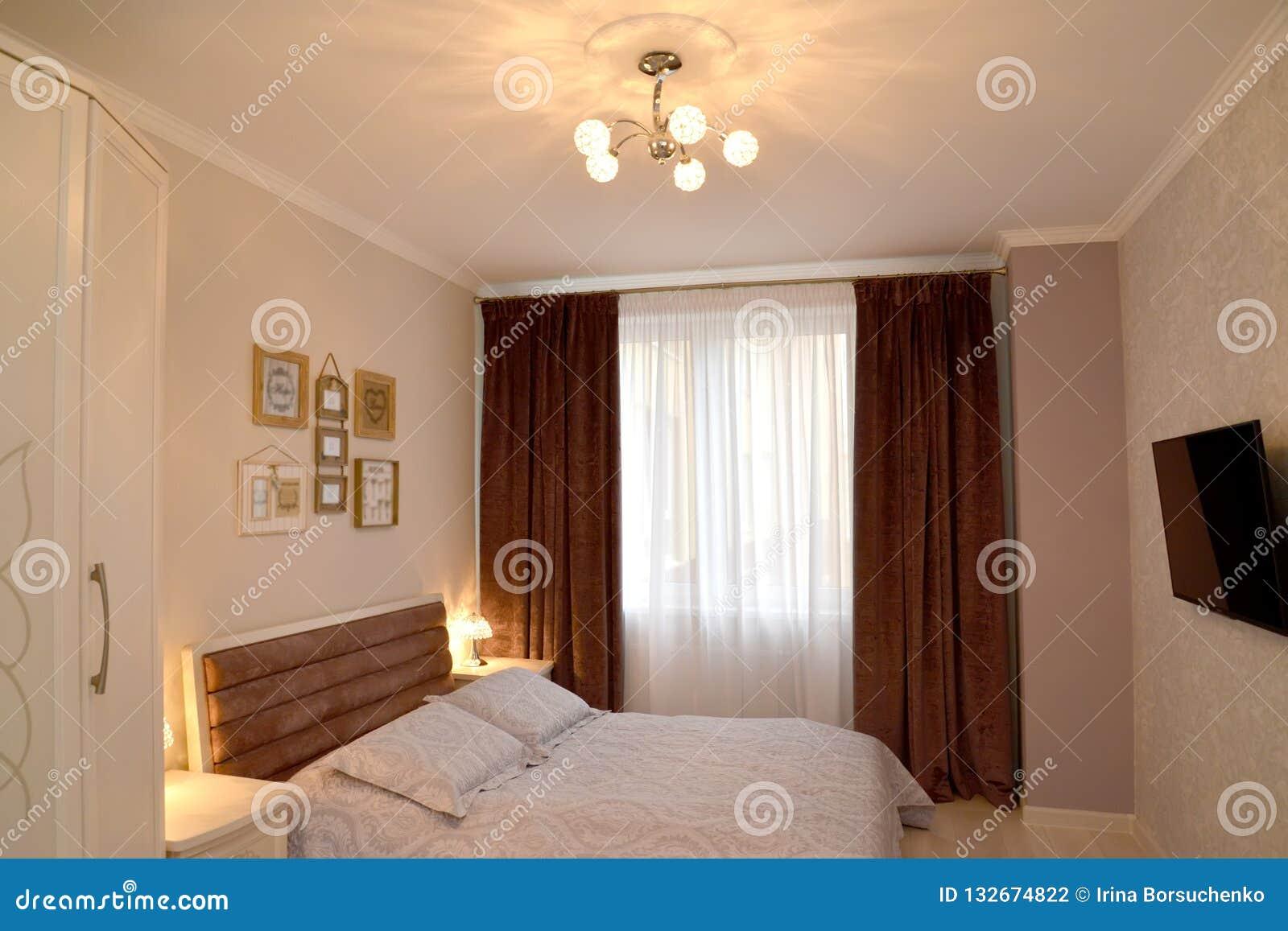 Interno della camera da letto con illuminazione e la tv su una