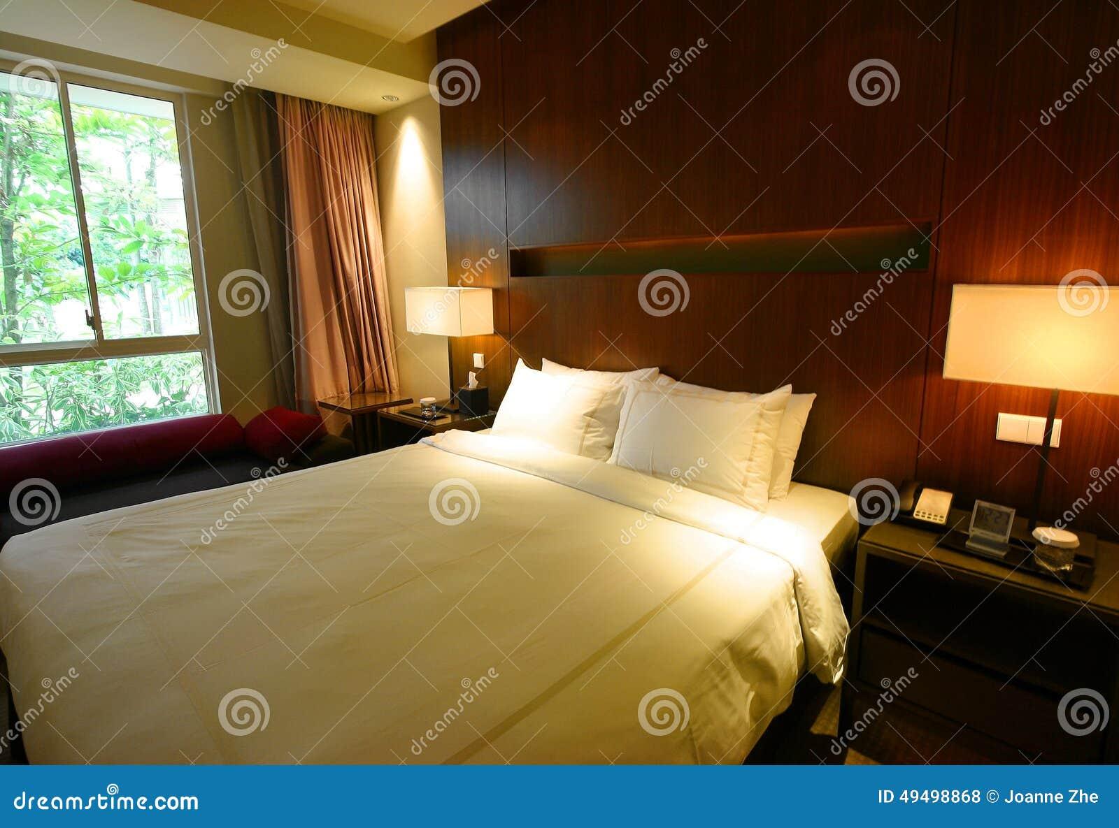 Interno della camera da letto con la vista del giardino for Camera da letto del soffitto della cattedrale