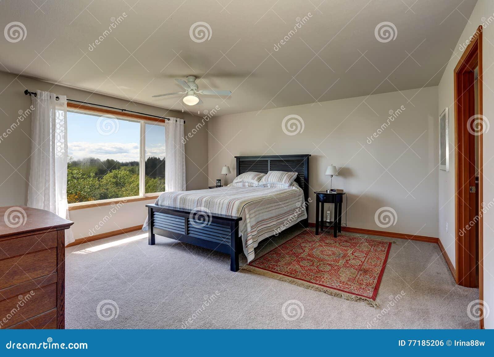 Pareti Bianche E Beige : Interno della camera da letto con le pareti beige la coperta e le