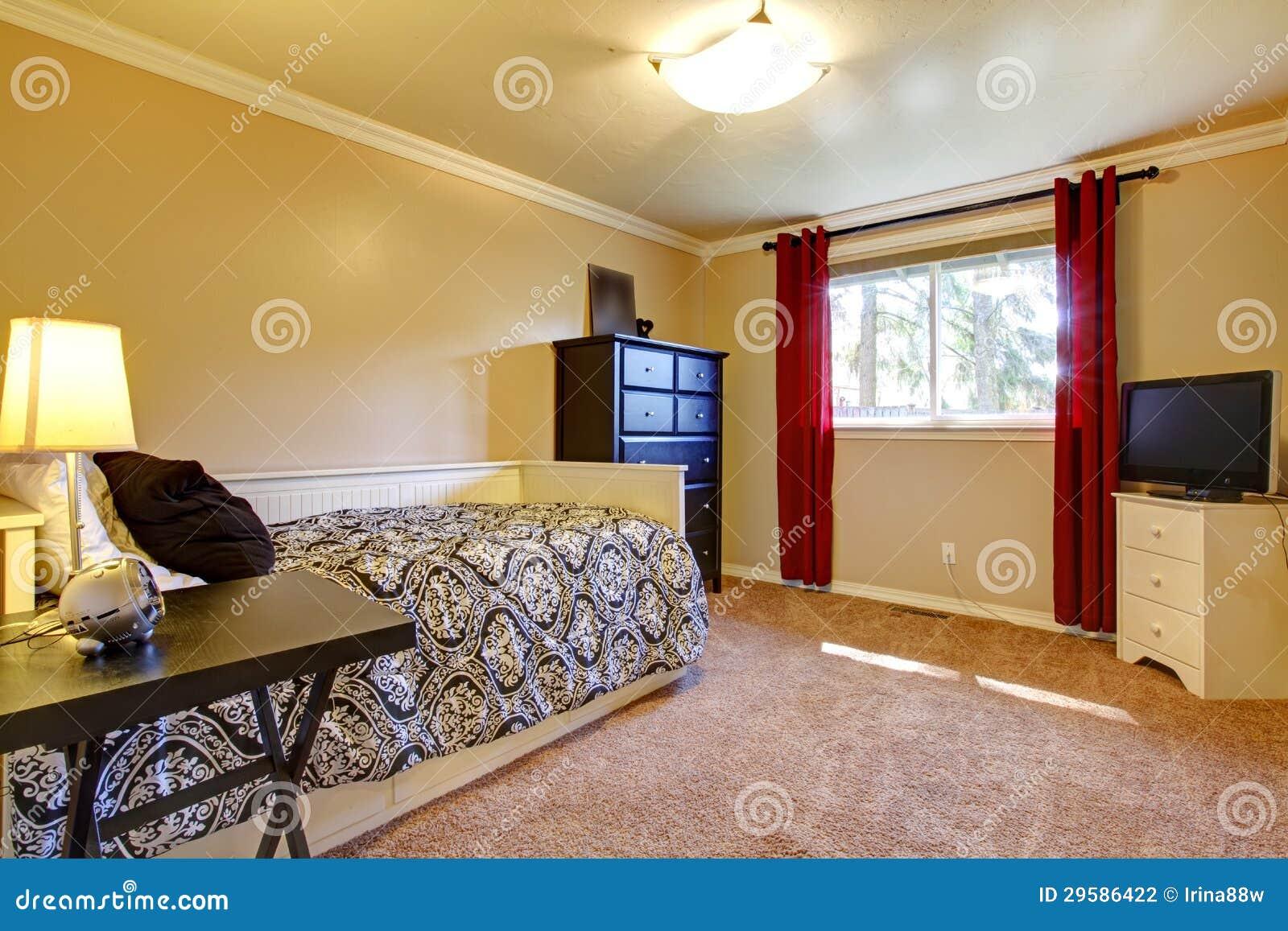 Interno della camera da letto con le pareti e la tv gialle - La finestra della camera da letto ...