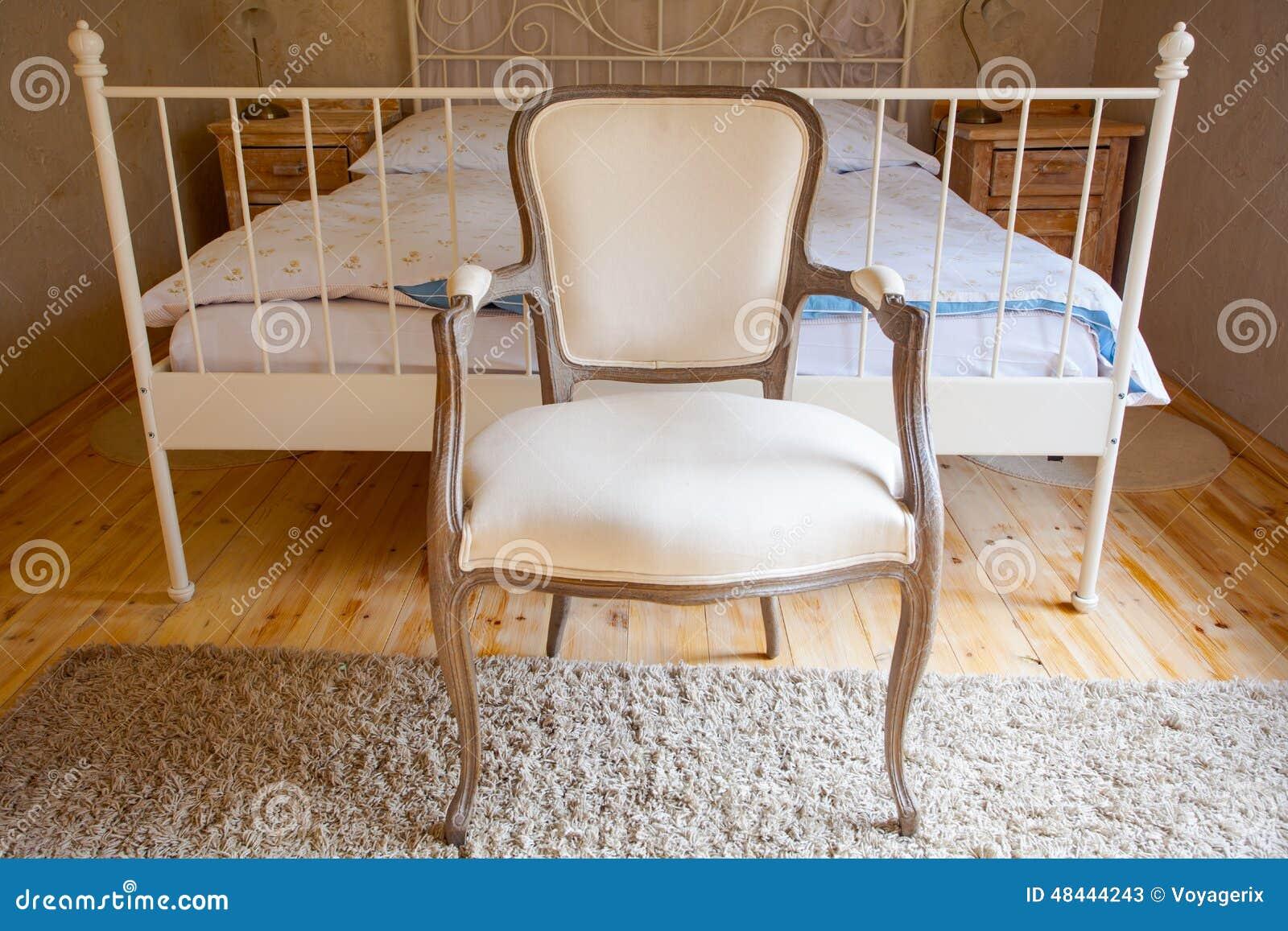 Interno della camera da letto d 39 annata letto e retro sedia - Sedia camera da letto ...