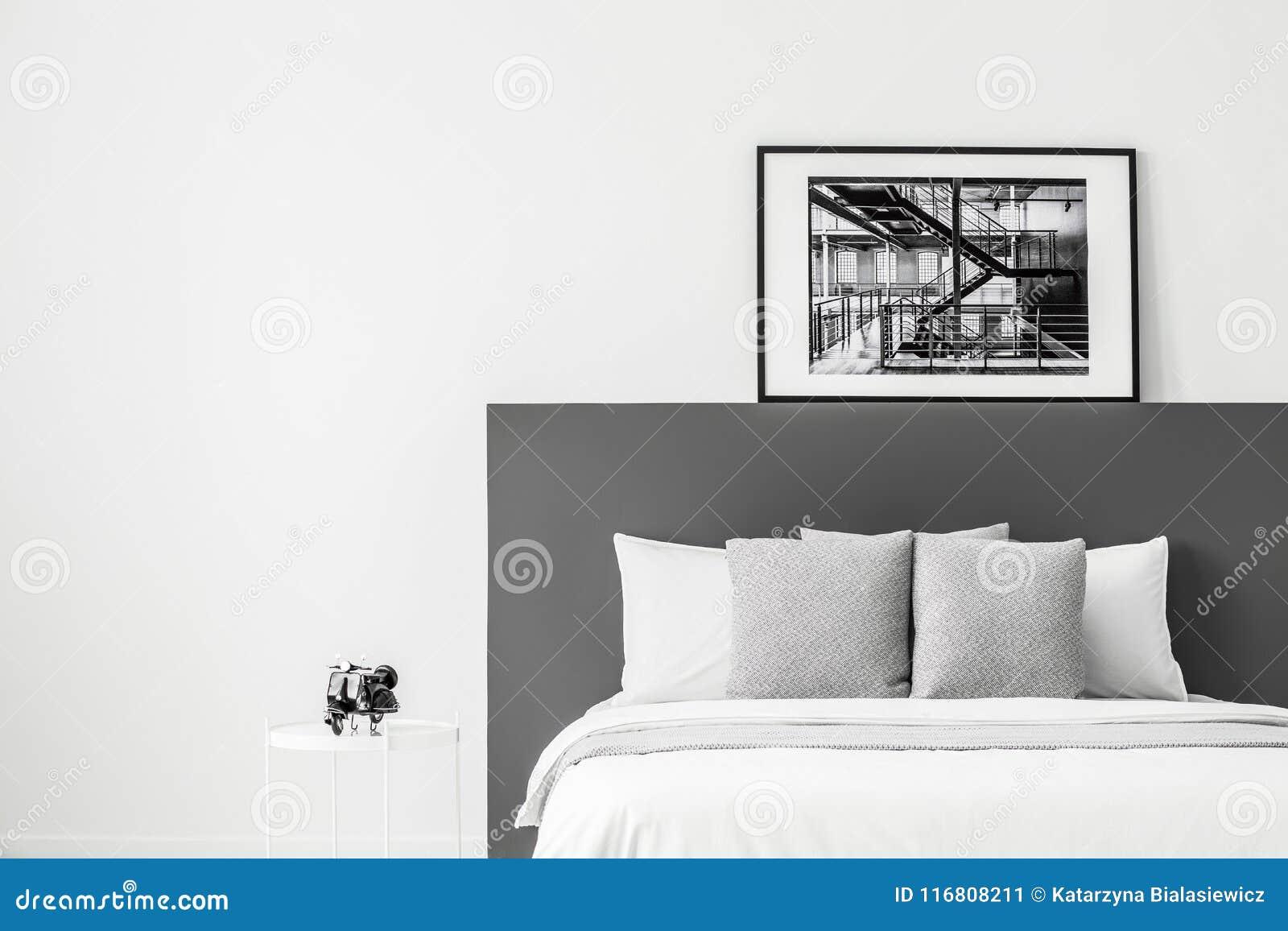 Interno della camera da letto del manifesto al contrario