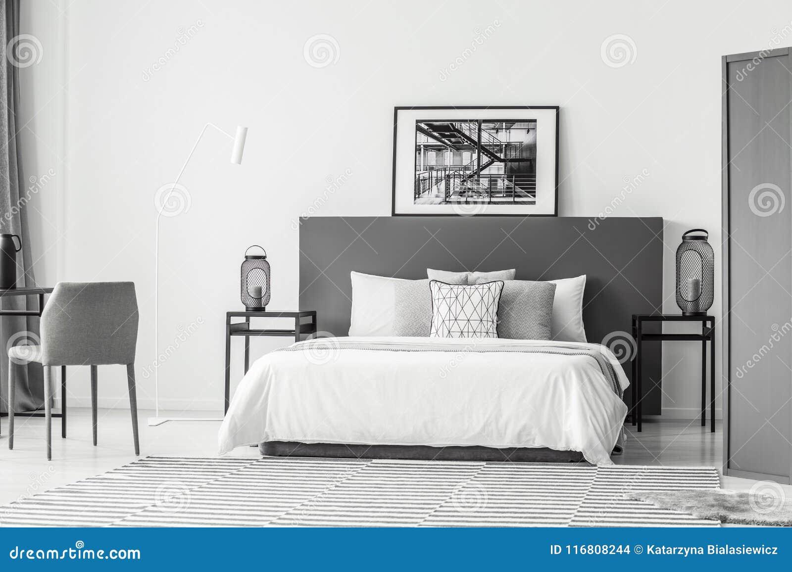 Interno della camera da letto dell hotel con il manifesto