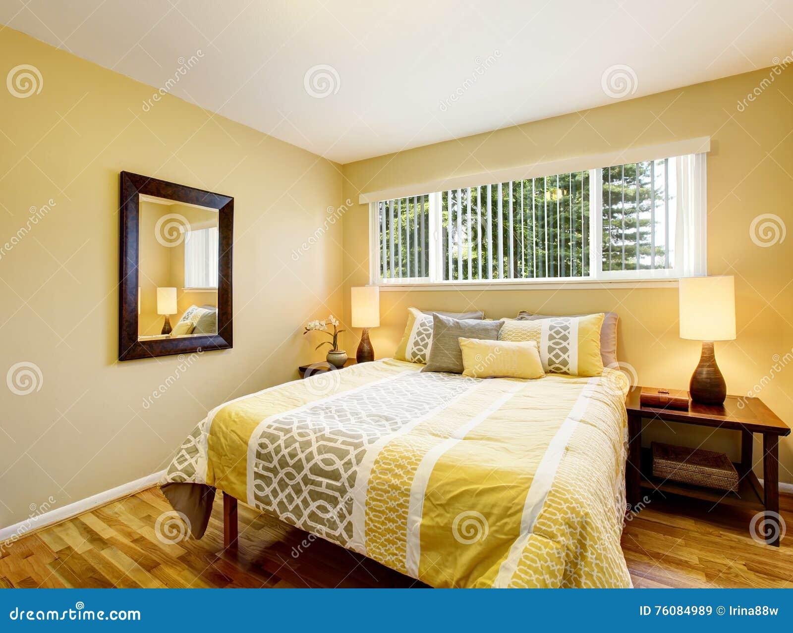 Camera Da Letto Giallo : Interno della camera da letto nei toni gialli con il pavimento di