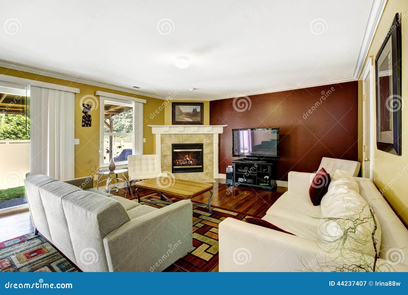 interno della casa con le pareti di colore di contrasto immagine