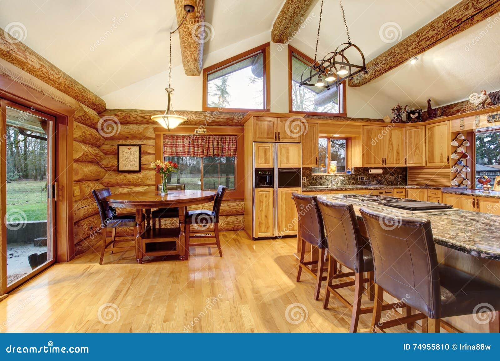 interno della casa della cabina di ceppo pranzare e della