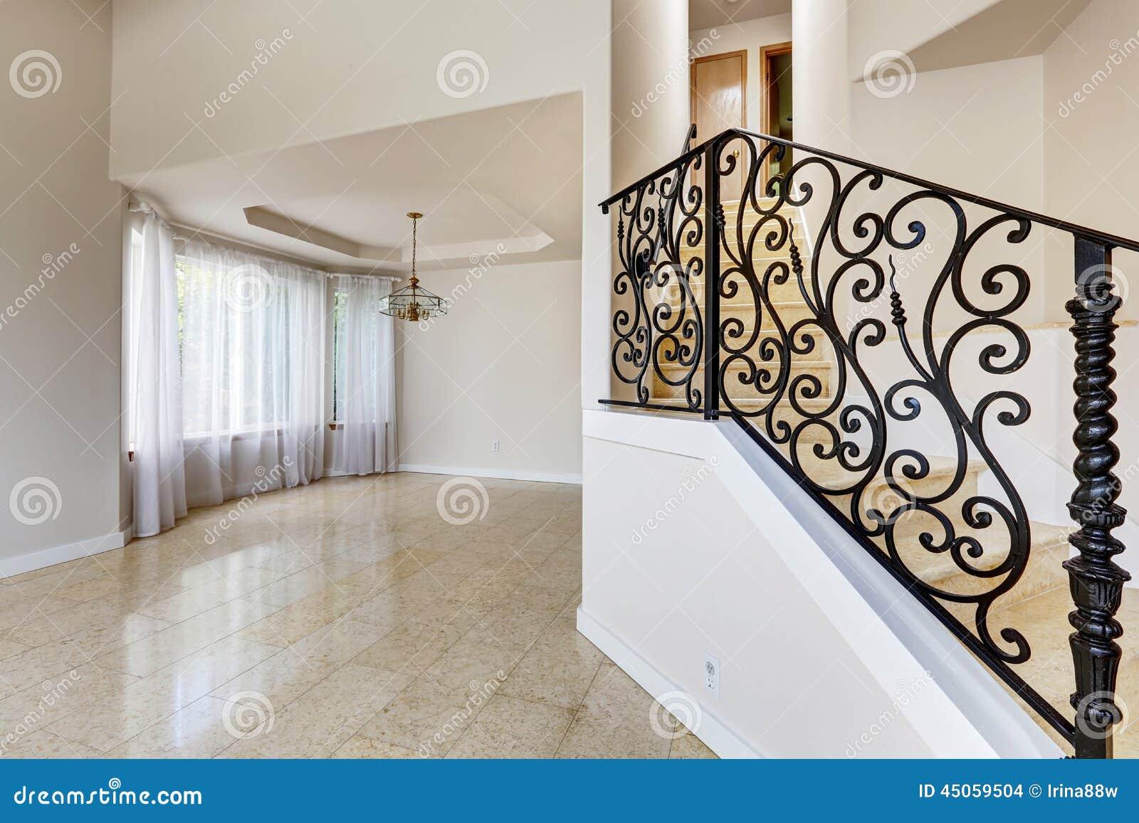 Interno della casa di emtpy scala di marmo con ferro for Interno della casa