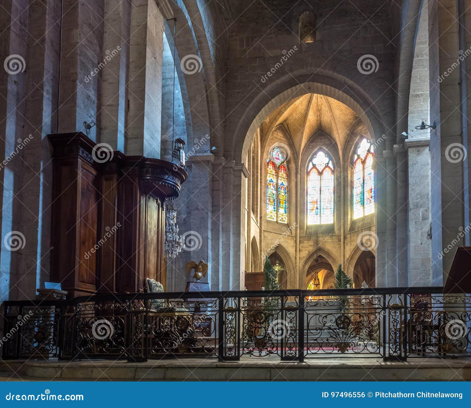 Interno della chiesa di StTrophime, Arles, Francia