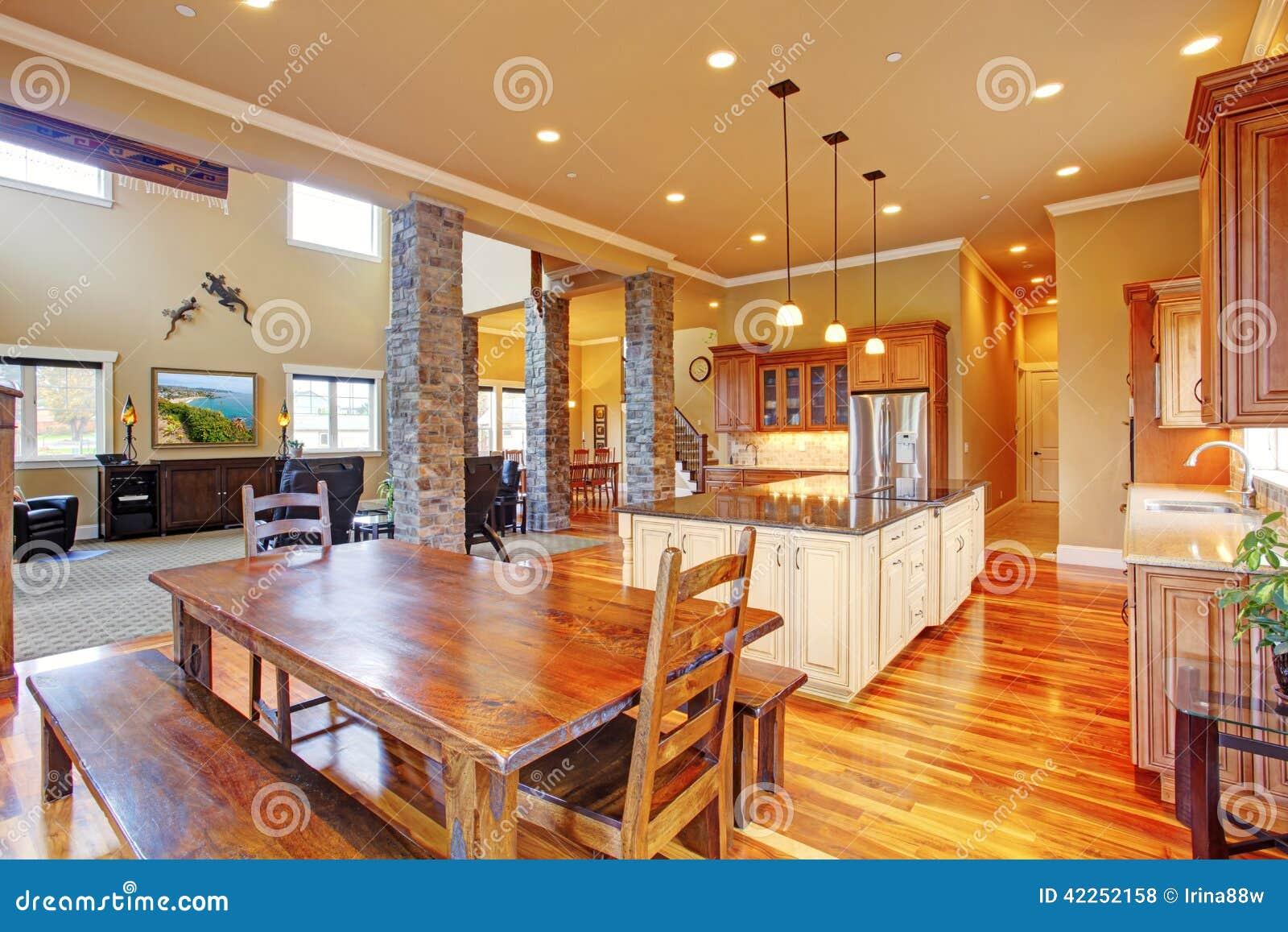 Interno della cucina in casa di lusso fotografia stock for Casa di lusso