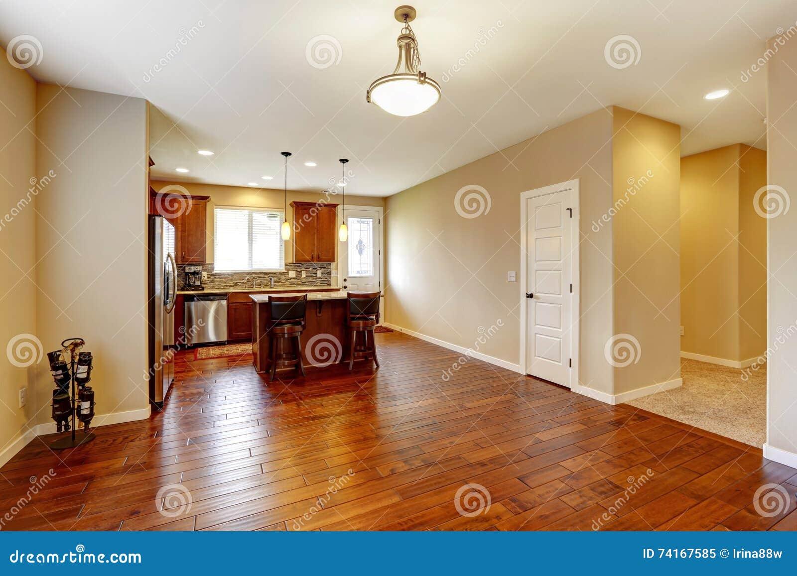 Interno della cucina con il pavimento di legno duro e le for Pavimento della cucina in stile artigiano