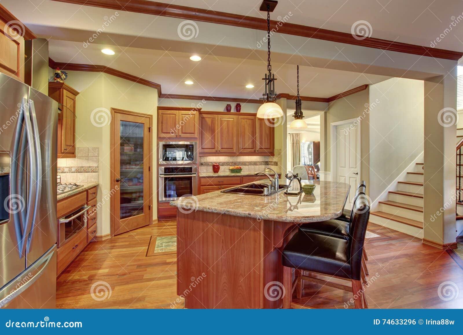 Interno della cucina con l 39 isola gabinetti di legno con il - Cucina con l isola ...