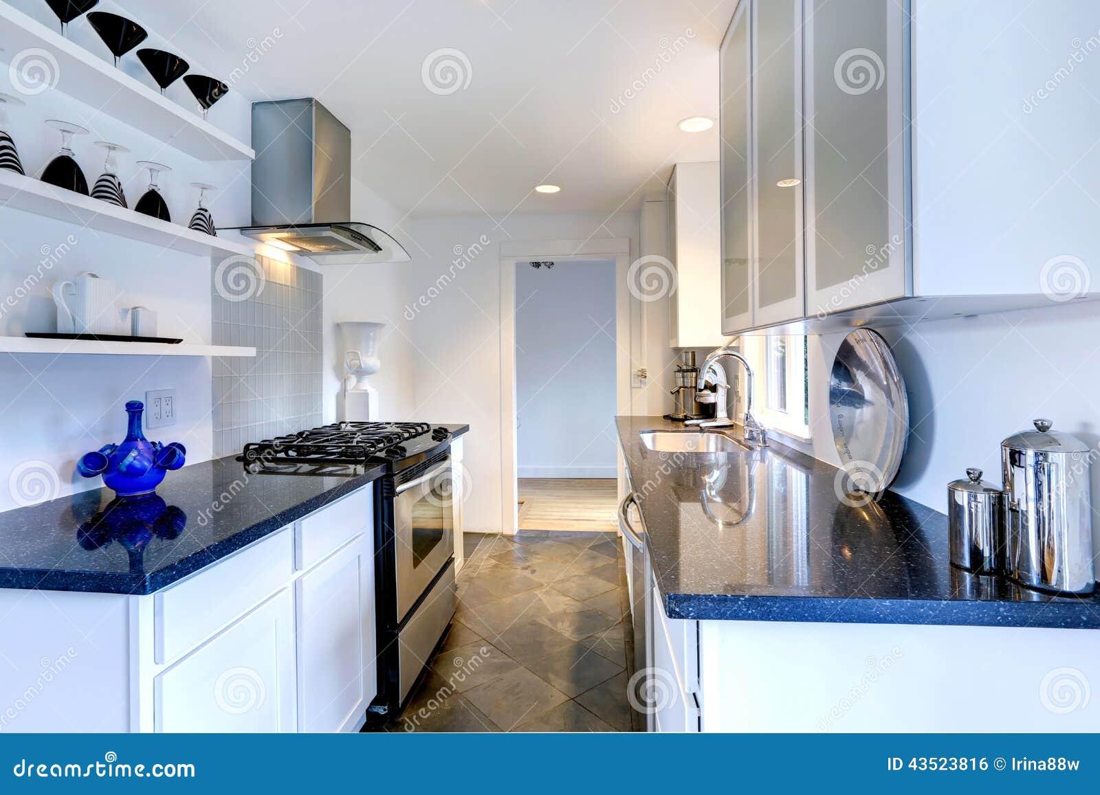 Interno della cucina con le cime nere del granito fotografia stock