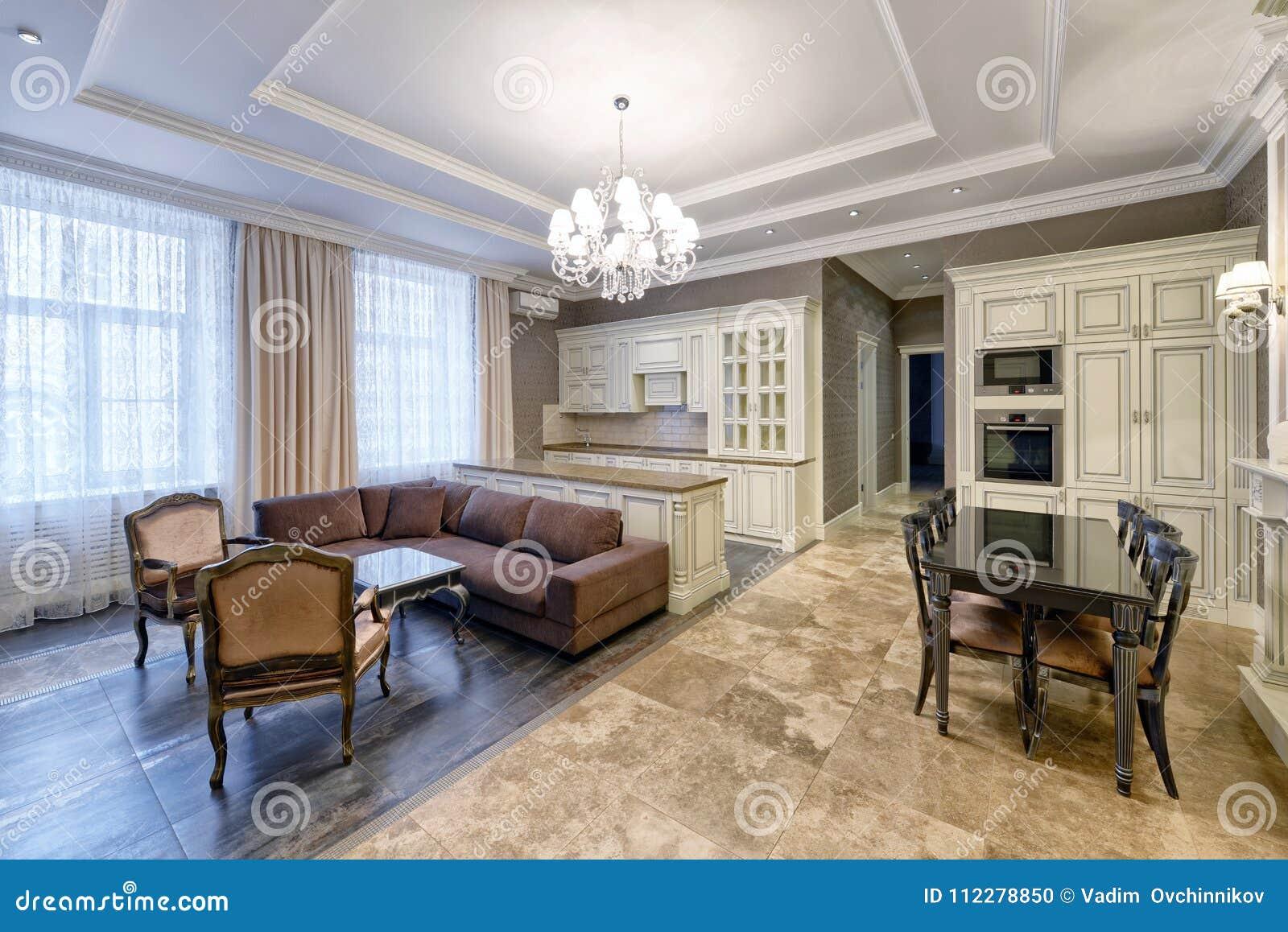 Interno della cucina salone in una casa moderna for Interno di una casa