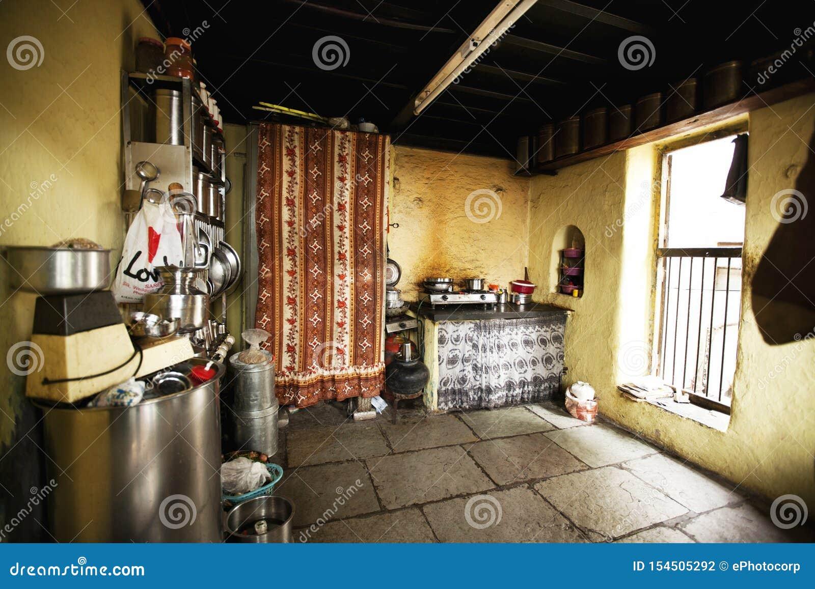 Interno della cucina a vecchia costruzione in Wadas di Pune, India