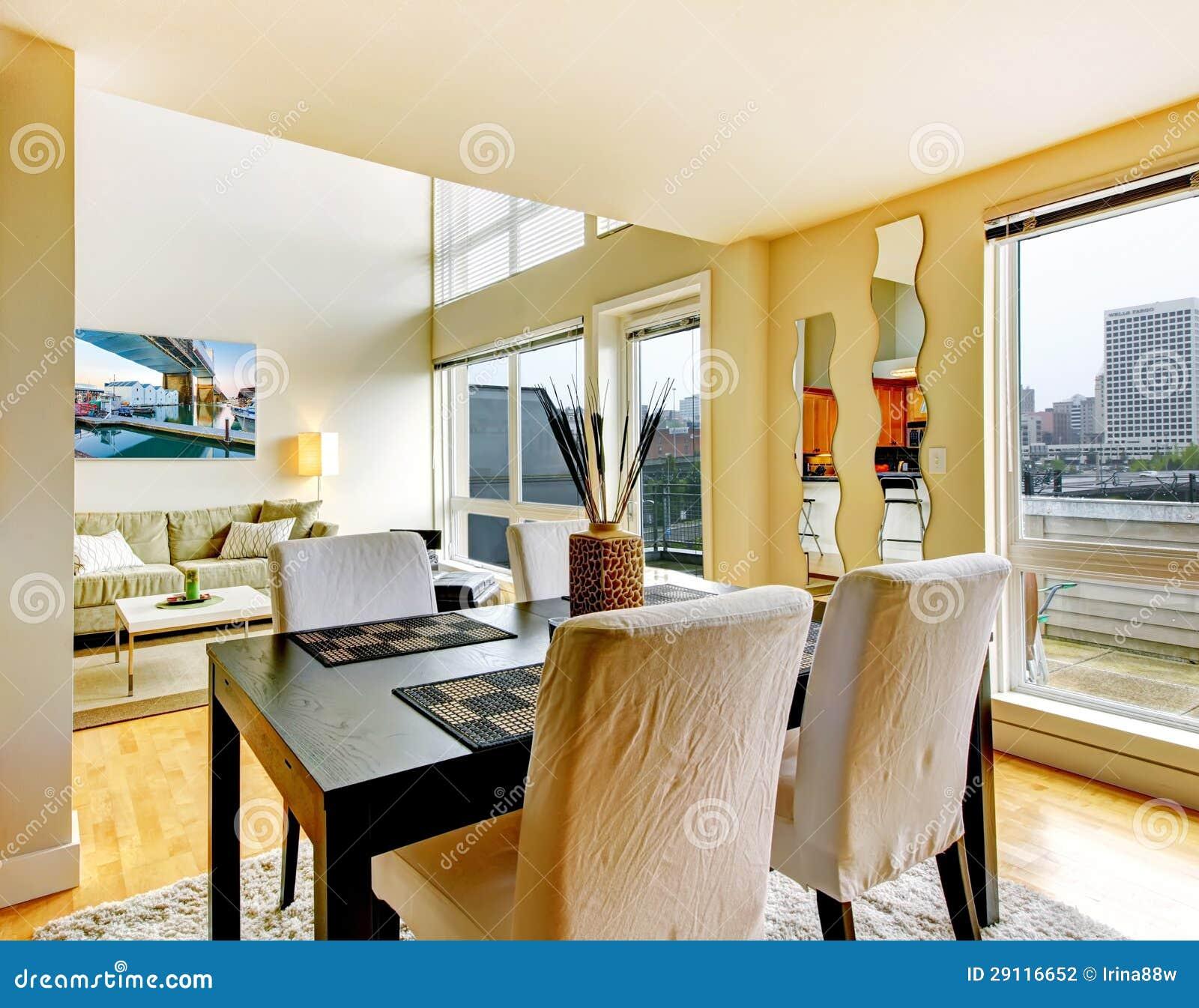 Interno della sala da pranzo in appartamento moderno della for Interno moderno