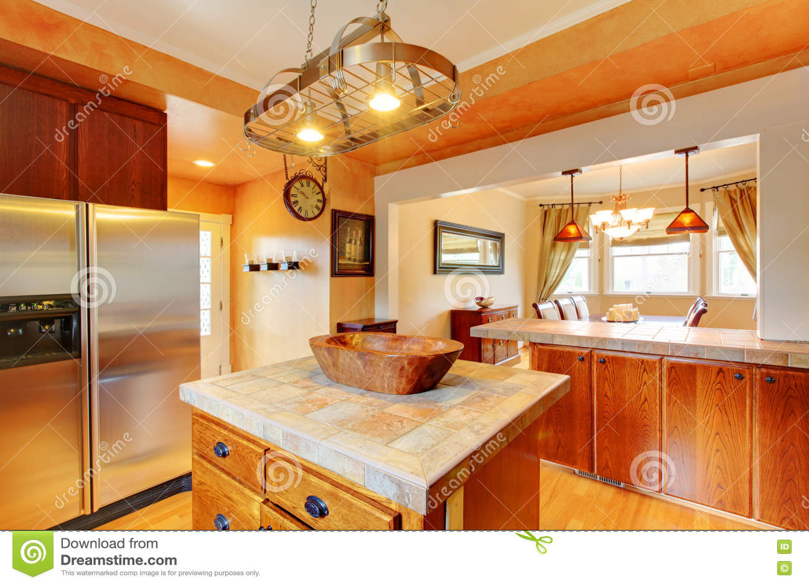 interno della sala da pranzo e della cucina con i