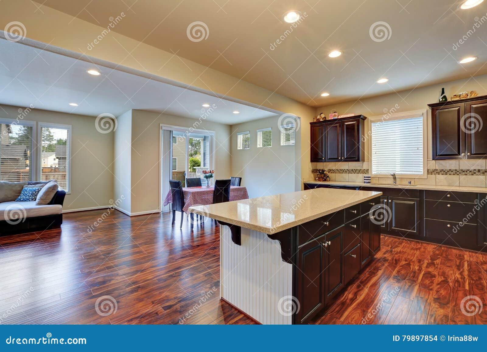 interno della sala da pranzo e della cucina con il