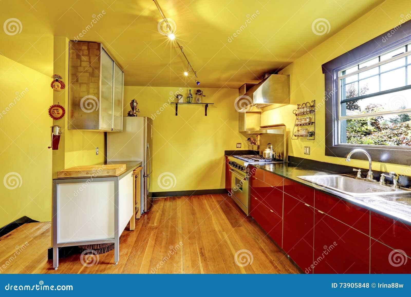 Pareti gialle esempio di una grande sauna classica con for Grande disposizione della stanza