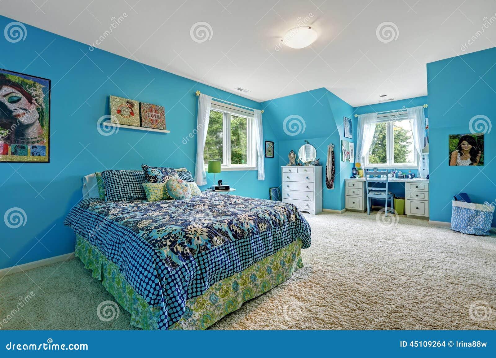 interno della stanza delle ragazze nel colore blu luminoso ... - Interni Ragazze Camera Design