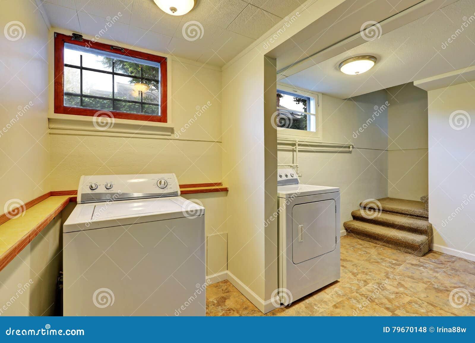 Interno della stanza di lavanderia del seminterrato fotografia