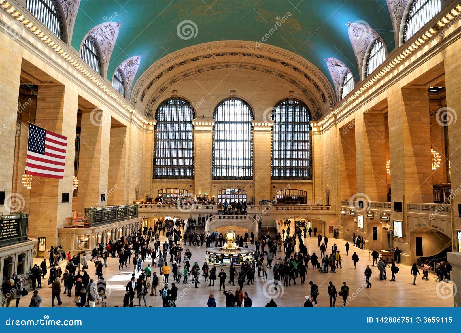 Interno di concorso principale del terminale di Grand Central con il soffitto dello zodiaco, l orologio e la gente che camminano
