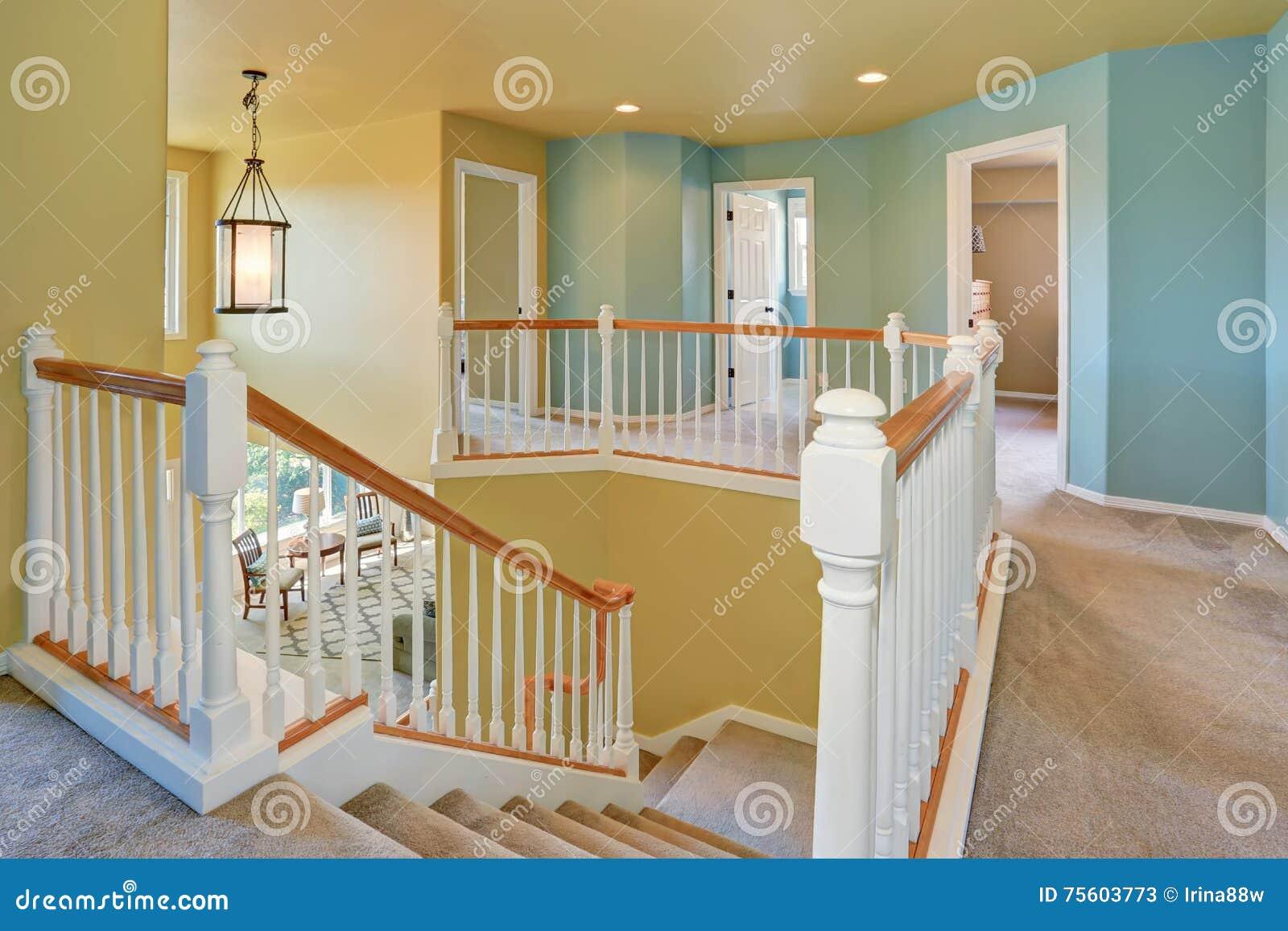Pareti Bianche E Beige : Interno di corridoio con le pareti blu e gialle immagine stock