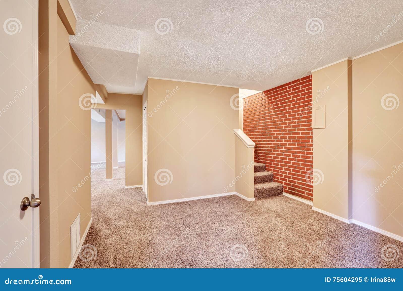 Interno di corridoio del seminterrato con il pavimento ed - Il tappeto del corridoio ...