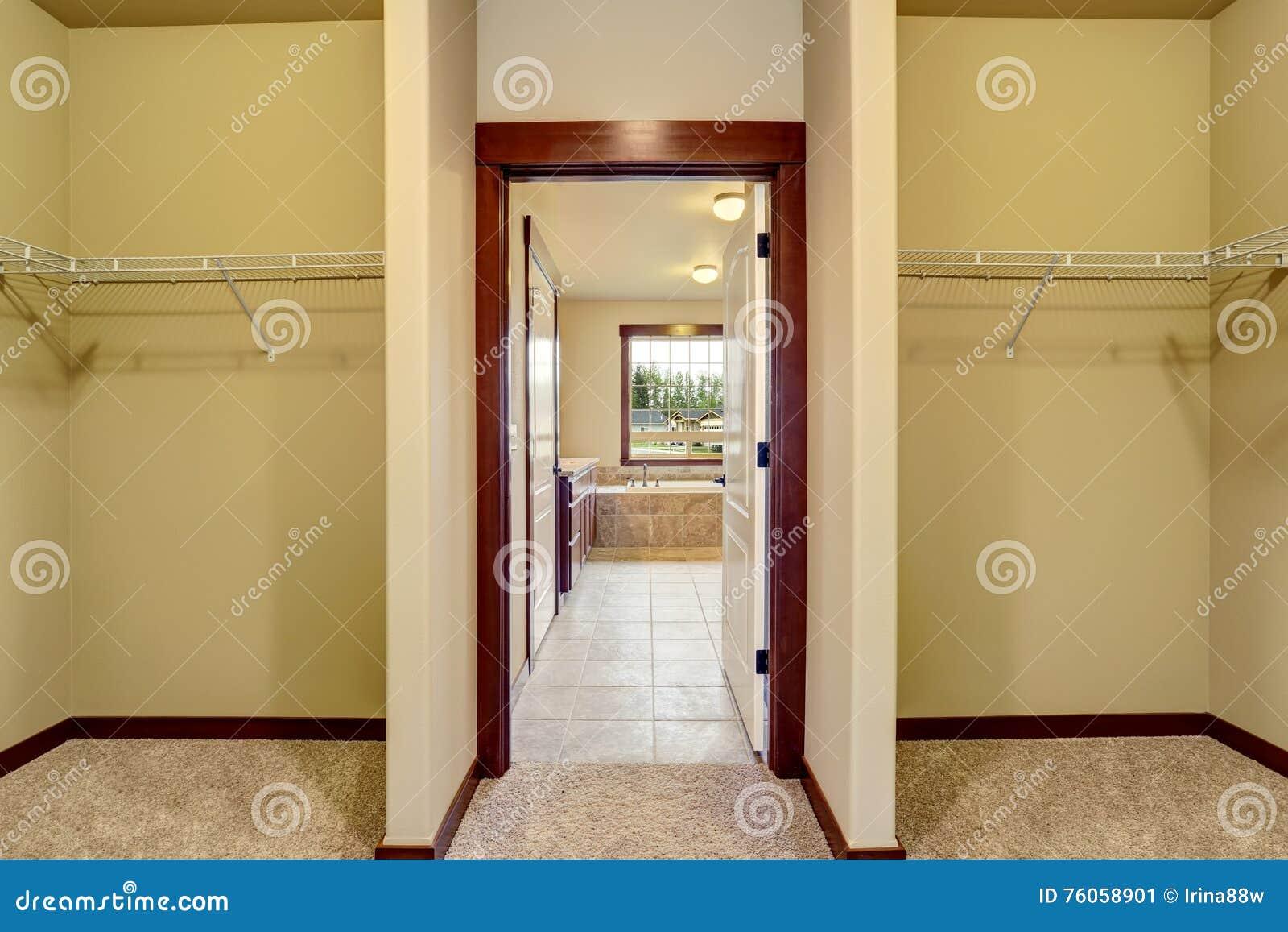 Interno di corridoio porta aperta al bagno con la pavimentazione