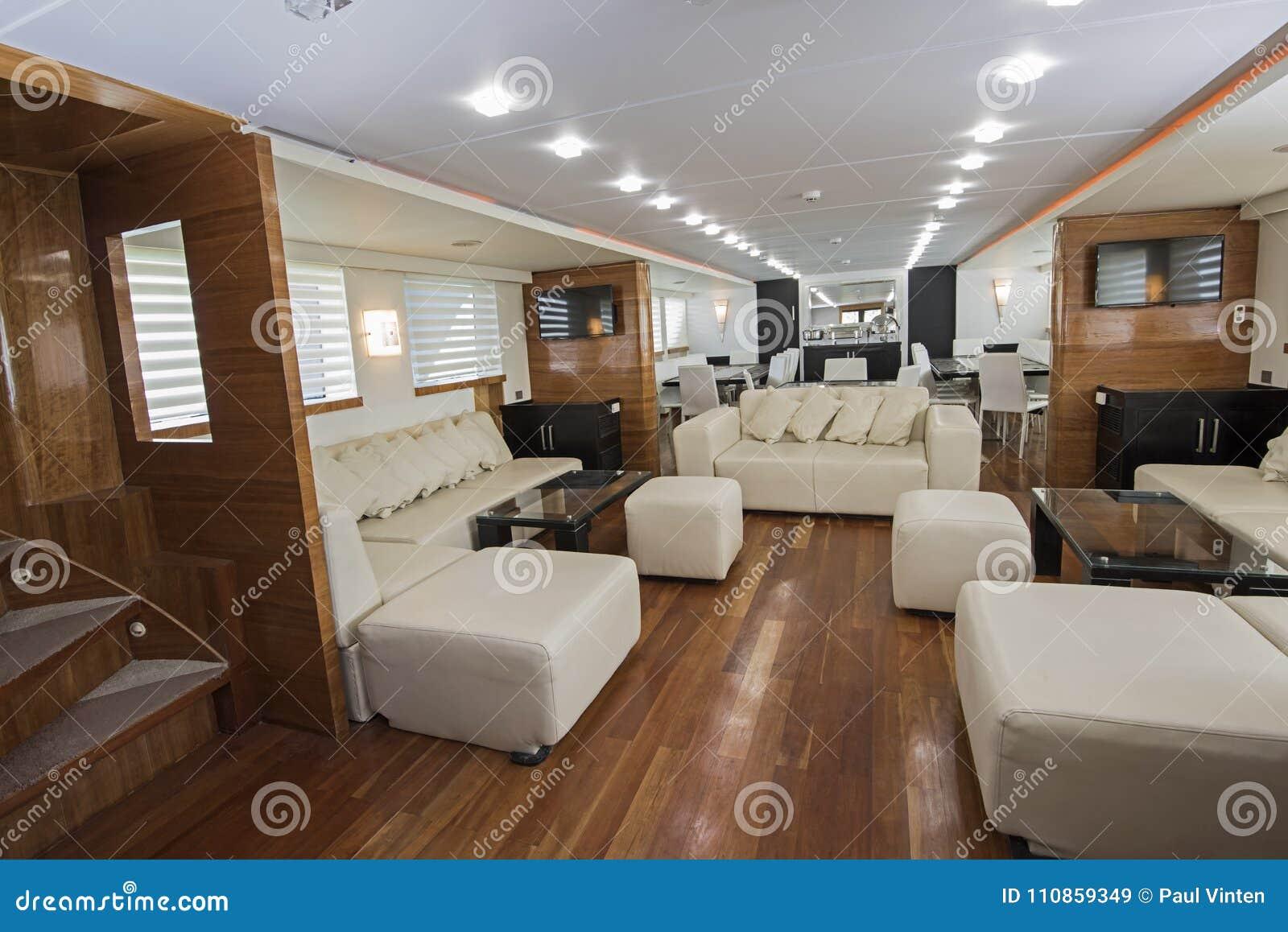 Interno di grande area del salone dell 39 yacht di lusso del for Interni lusso