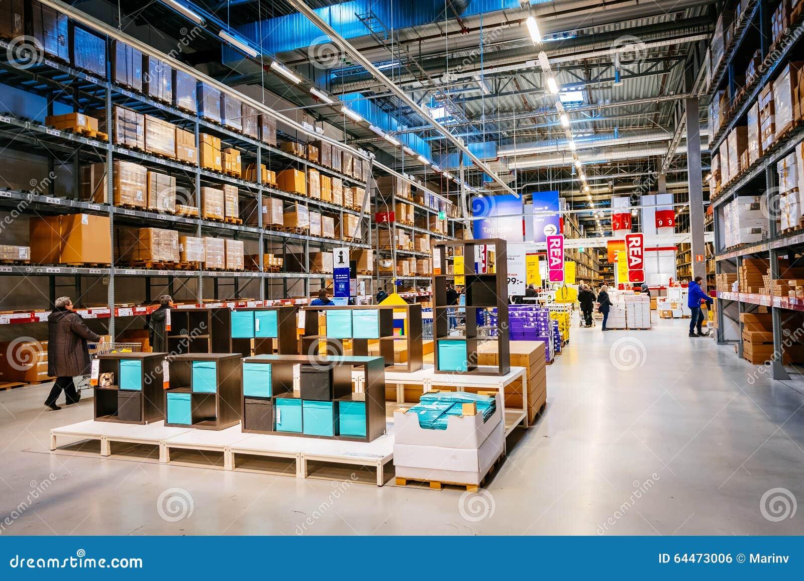 Interno di grande deposito di ikea con una vasta gamma di - Ikea tutti prodotti ...