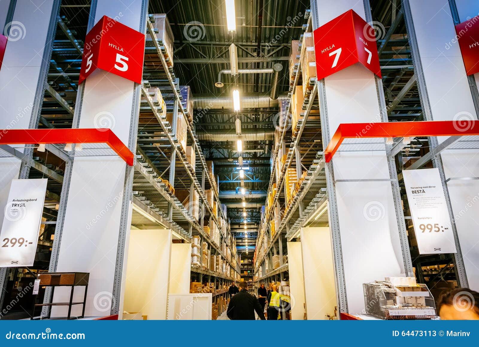 Interno Di Grande Deposito Di Ikea Con Una Vasta Gamma Di Prodotti A