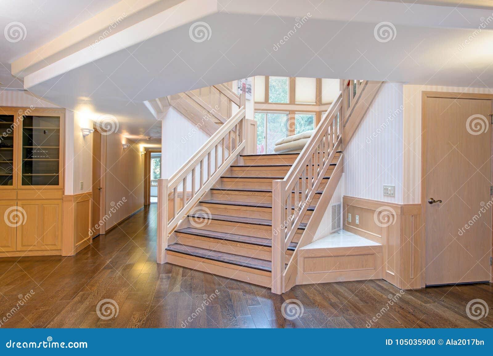 Interno di legno bianco di corridoio accentato con una bella scala
