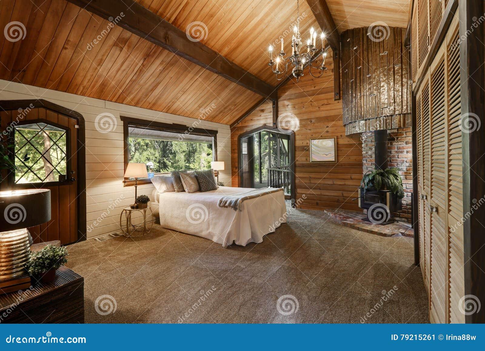 Interno Di Legno Della Camera Da Letto Con Il Soffitto Arcato Alto Immagine Stock Immagine Di Luminoso Bedroom 79215261