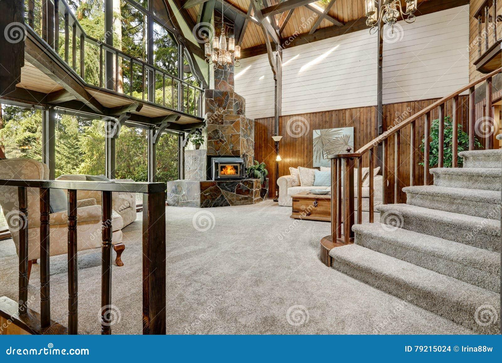 Interno di legno moderno della casa del cottage con la for Design della casa bungalow