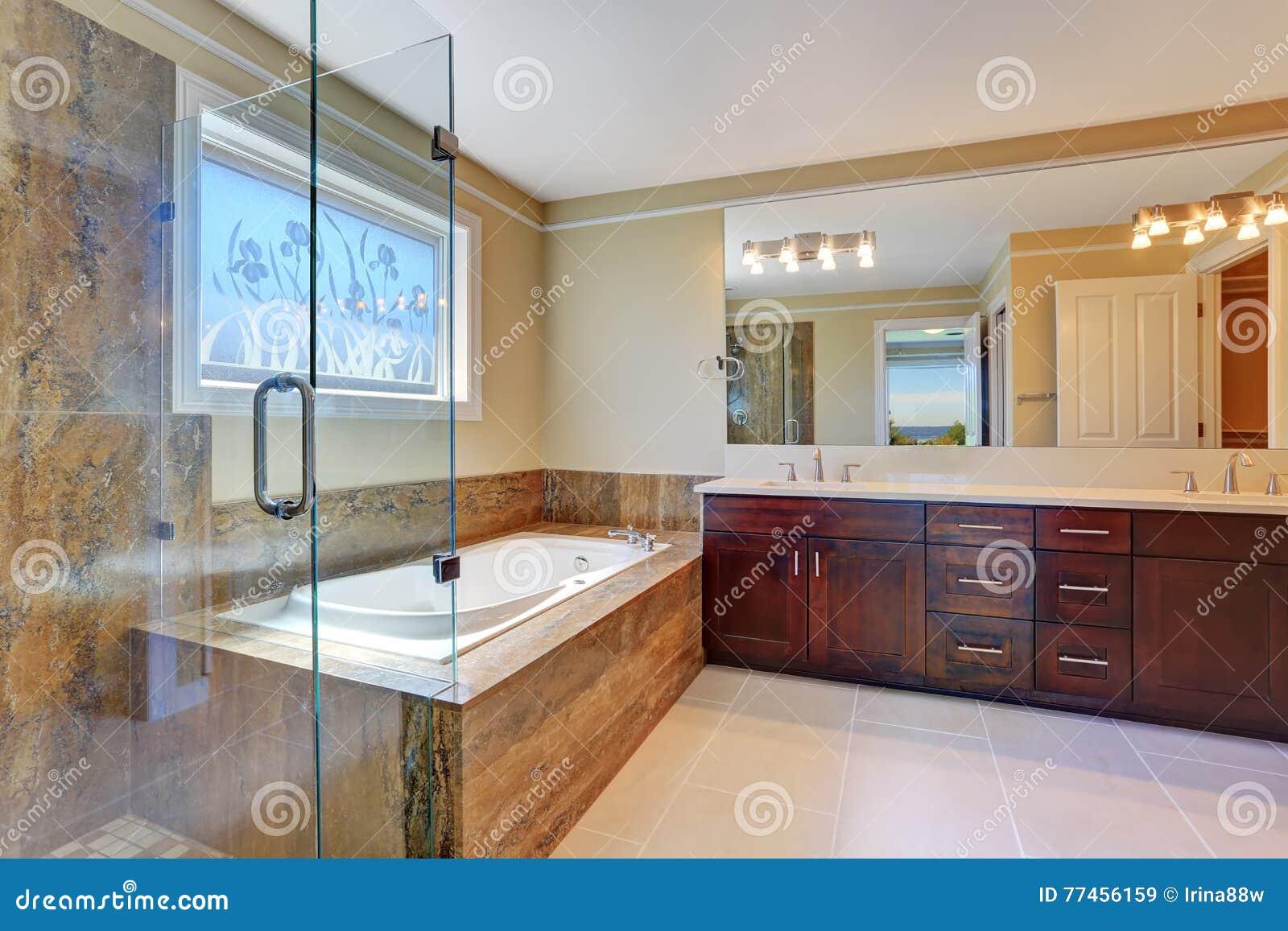 Vasca Da Bagno Con Vetro : Interno di lusso del bagno con il grande gabinetto di vanità la