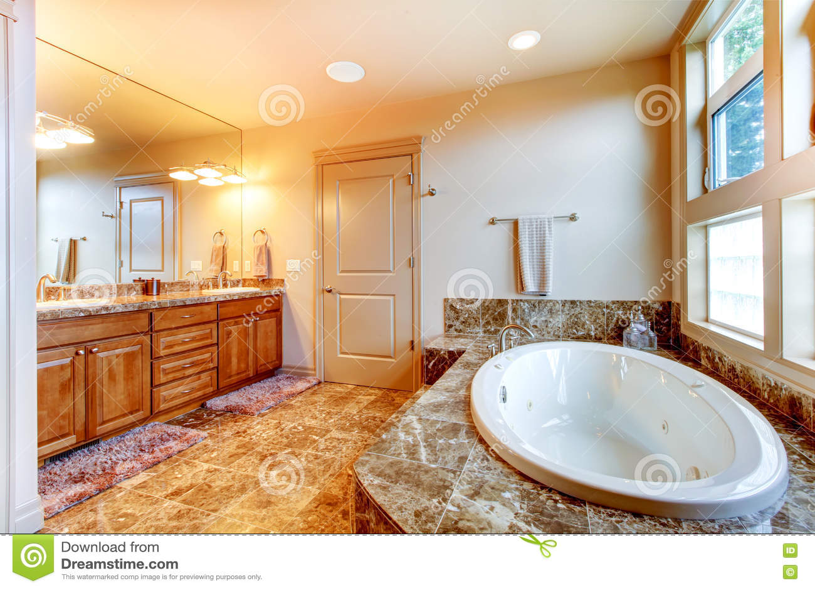 Interno di lusso del bagno con la pavimentazione in piastrelle vasca da bagno bianca con br - Piastrelle da interno prezzi ...